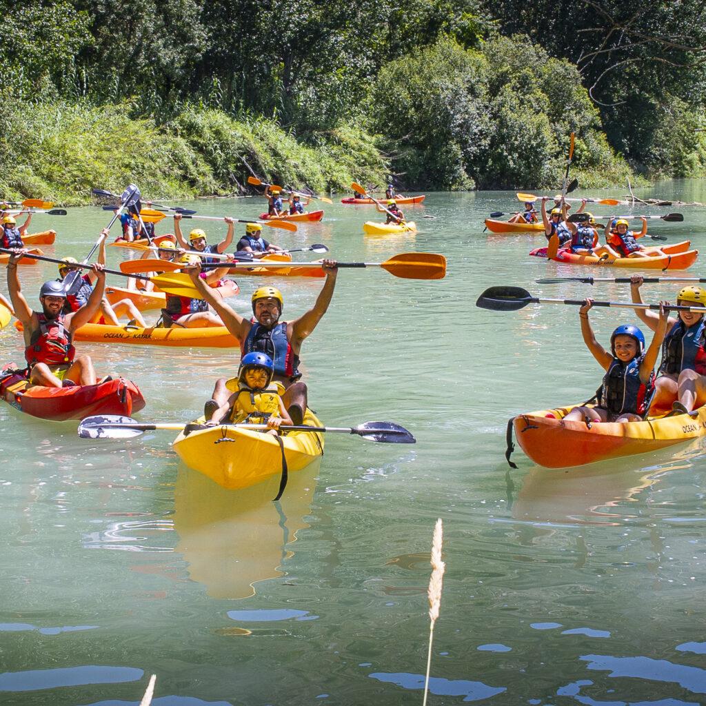 Actividad de piragüismo en el río Júcar de Multiaventura los Olivos